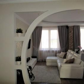 Белый диван с обивкой из экокожи