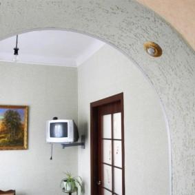 Точечные светильники в арке с отделкой декоративной штукатуркой