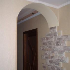 Узкий дверной проем с круглой аркой