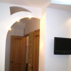 Черный телевизор на белой стене в зале