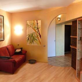 Небольшой диванчик в углу гостиной комнаты