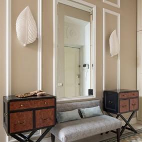 Симметричное расположение мебели в прихожей комнате