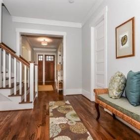 Интерьер холла с лестницей в частном доме