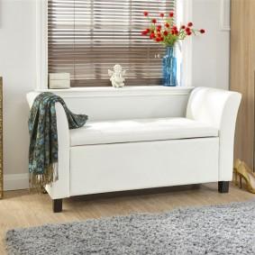Удобный диванчик в прихожей с окном
