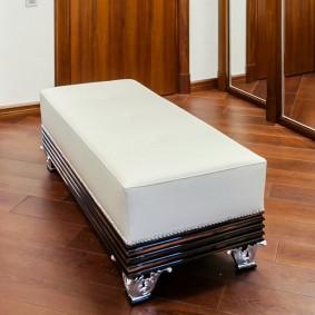 Белое сидение на банкетке в холле