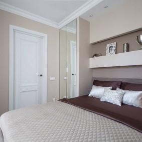 Встроенные полки в спальной комнате