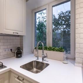 Встроенная мойка перед кухонным окном
