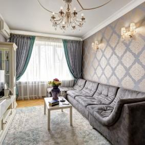 Узкий диван с тканевой обивкой