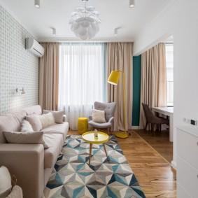 Пестрый коврик перед диваном в комнате
