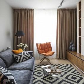 Коричневые шторы в квартире панельного дома