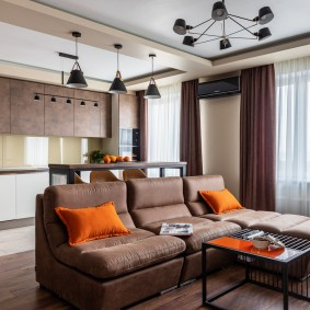 Яркие подушки на темной мебели