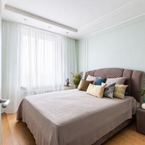 Широкая кровать в просторной спальне