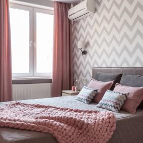 Розовые шторы в девчачьей комнате