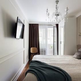 Телевизор на стене в маленькой спальне