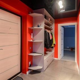 Черный потолок в коридоре с красными стенами