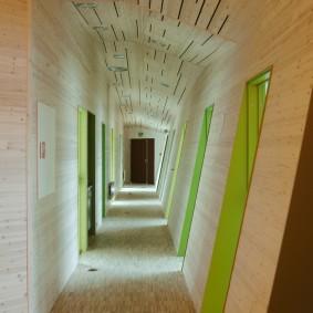 Длинный коридор с наклонной стеной