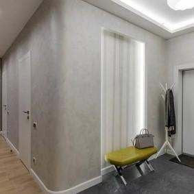 Мягкая банкетка у зеркала в коридоре