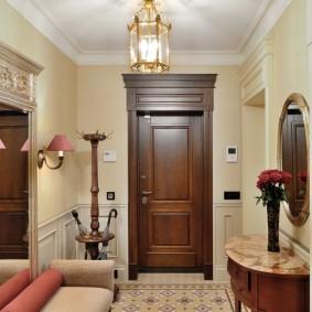 Полукруглая консоль в коридоре классического стиля