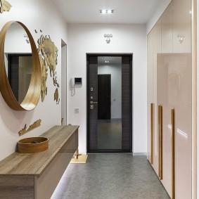 Серый пол в коридоре современного стиля