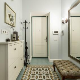 Узкая обувница в коридоре с белым потолком