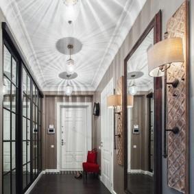 Ретро светильники на потолке узкой прихожей