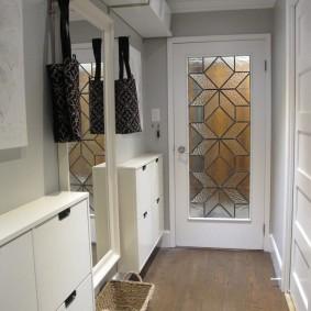 Рифленое стекло с рисунком на двери в комнату