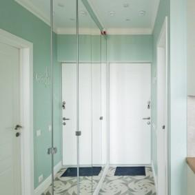 Распашной шкаф с зеркальными дверками