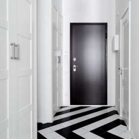 Зигзагообразная укладка керамической плитки в коридоре