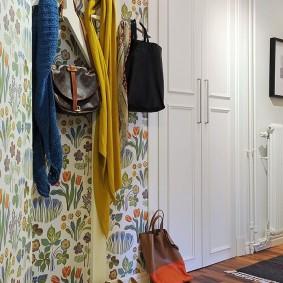Цветочные обои на стене коридора