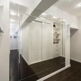 Зеркальная стена в коридоре без мебели