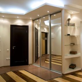 Двухуровневый потолок в прихожей комнате