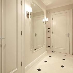 Двери цвета слоновой кости в прихожей классического стиля