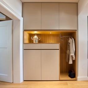 Встроенная мебель для одежды в коридоре