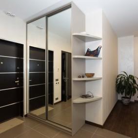 Угловые полочки на боковой стене шкафа для одежды