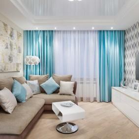 Бирюзовые шторы в комнате с диваном