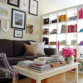 Открытый стеллаж в трехкомнатной квартире
