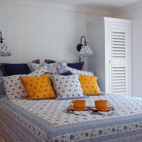 Яркие подушки в комнате девочки
