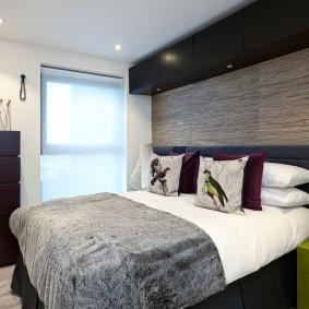 Компактная спальня с широкой кроватью