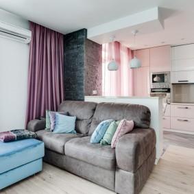 Серый диван в роли разделителя комнаты