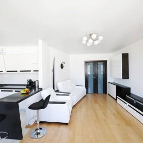 Черно-белый интерьер в кухне-гостиной