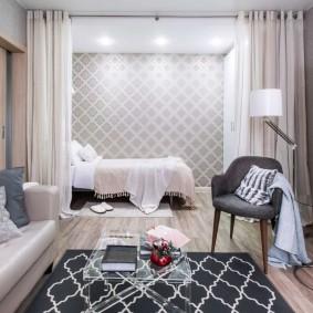 Спальное ложе за белой занавеской