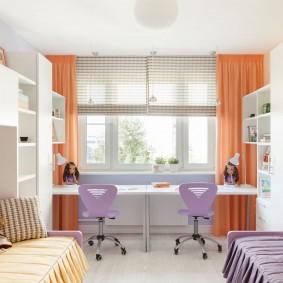 Яркие шторы в комнате для двоих детей