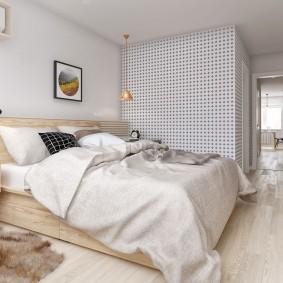 Широкая кровать в спальне родителей