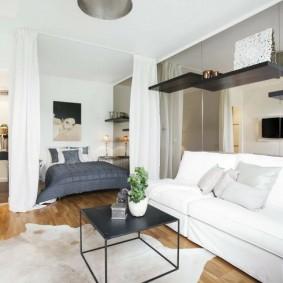 Белый диван в квартире-студии