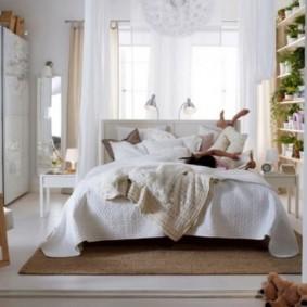 Светлые шторы в спальной комнате