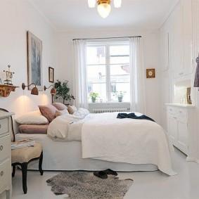 Белые стены в спальне современного стиля
