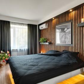 Деревянные рейки на акцентной стене в спальне
