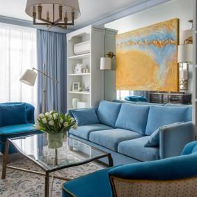 Голубой диван в зоне отдыха гостиной