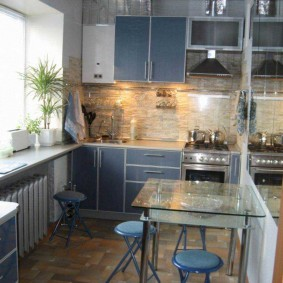 Прозрачный столик в кухне хрущевки