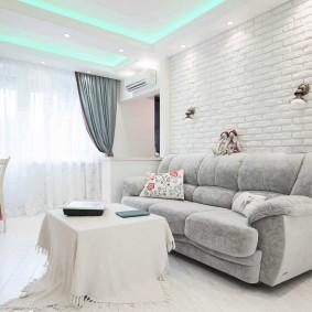 Светлая гостиная с белой мебелью